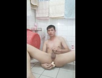 Novinho japa explora todas as partes do seu cu durante punheta
