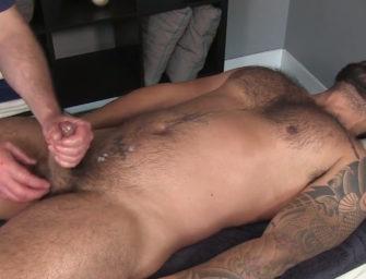 (HD) Ursão hétero recebe massagem de outro homem pela primeira vez