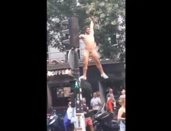 Pelado no meio da rua: torcedor francês se empolga na comemoração