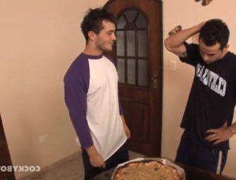 Brasileiro sem grana pede pizza e paga com a bunda