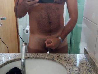 Depois da piscina, hétero peludão bate aquela bronha no banheiro