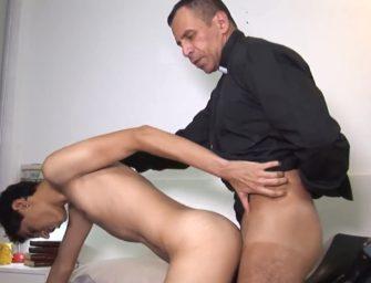 (HD) Padre cede a carne e comete pecado com coroinha