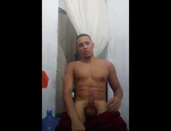 Brasileiro pauzudo chama o leitor pra mamar gostoso