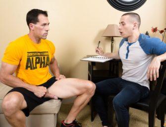 Atleta bem dotado dá um pouquinho de prazer para o nerd
