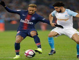Neymar tira a rola do jogador adversário no meio do campo