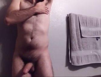 Peludão surpreende com punheta ardente antes do banho