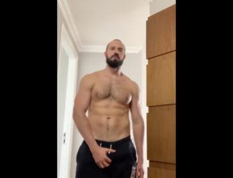 Estrela pornô gay, Andy Onassis, mostra dote e impressiona na cam