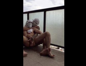 Casal gay ousado brinca um pouco na sacada do hotel
