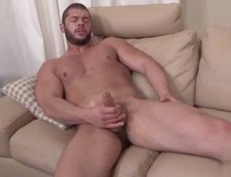 Musculoso gay e bem dotado dá uma esporada daquelas