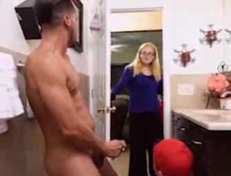 Enteado gay e padrasto são flagrados brincando no banheiro