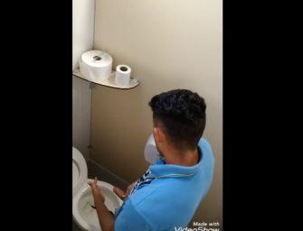 Bapho!! Moleque safado foi flagrado gozando no banheiro público