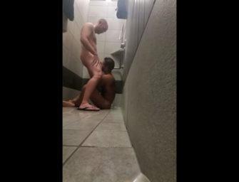 Depois do treino machos musculosos relaxam gostoso no vestiário