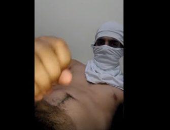 Novinho peludão bate punheta com amigo e esconde a cara
