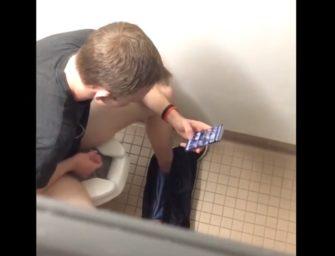Loirinho goza no banheiro público vendo pornô hétero