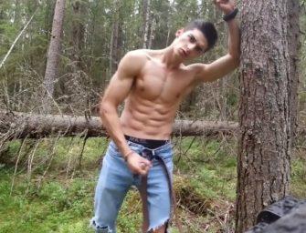 Garoto putão bate punheta até gozar na floresta com pica gigante