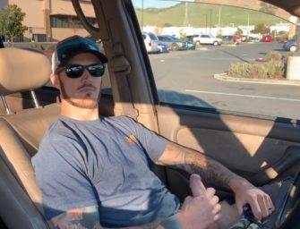 Hétero casado bate uma no estacionamento movimentado e filma a gozada