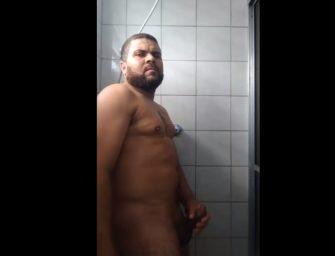 Papaizão brasileiro bate punheta no banho, goza e termina tudo