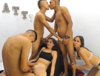 Durante sacanagem com garotas na webcam garotos héteros pegam no pau do amigo