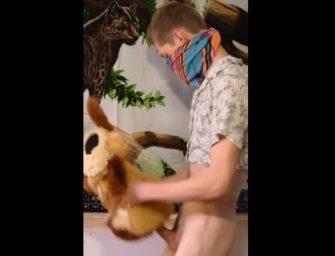 Moleque dotado fudeu o urso de pelúcia com força e filmou tudo