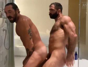 Tiozão dando pro seu macho na hora do banho até ele gozar dentro