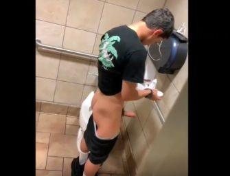 CARALHO!! Novinho do pauzão batendo e gozando no banheiro público