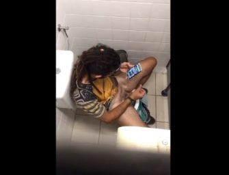 Rasta hétero foi pego batendo punheta no banheiro público