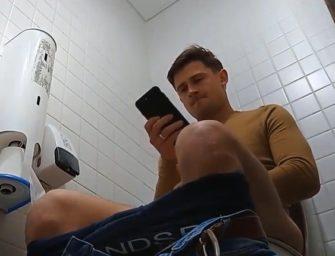 Macho casado deixa pica dura no banheiro público e é filmado escondido