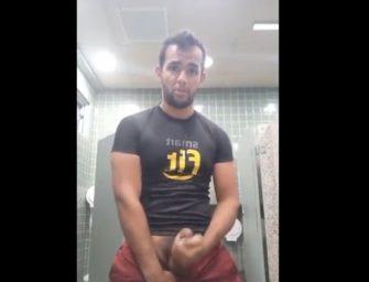 Macho da Smart Fit batendo uma com força e gozando no banheiro da academia