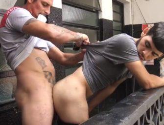 Por grana, hétero come moleque gay na sacada de um prédio