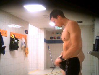 Câmera escondida flagra homens pelados tomando banho no clube