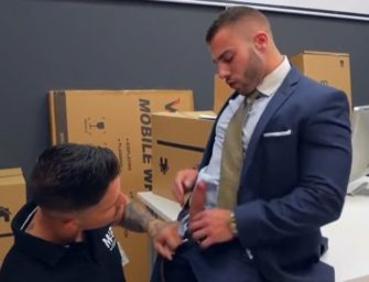 Executivo colocou entregador de encomedas para chupar e meteu