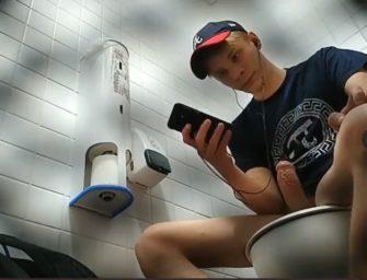 Guri socando punheta no banheiro do shopping gozando pra caralho