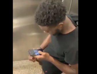 Preto tirando leite dentro do banheiro público