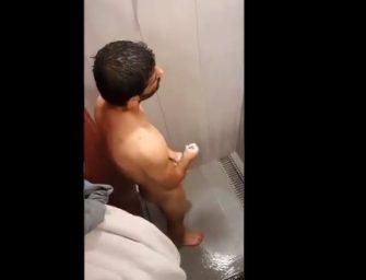 Safado filmou cunhado gostoso batendo uma no banho