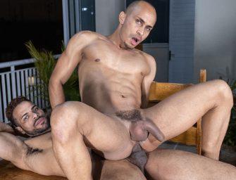 Douglas Ferraz arrebentando o cu do Kaliu em cima da mesa