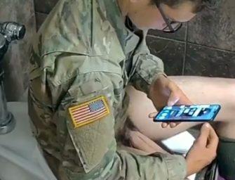Garoto militar dos EUA gozando com ferramenta no banheirão