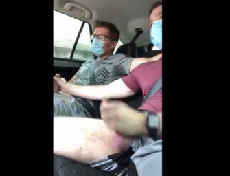 Machos compartilham o uber e gozam escondido no banco de trás
