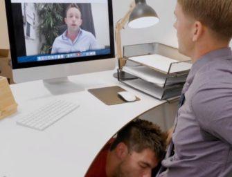 Foi mamado pelo empregado no meio da reunião e liberou o cu pra ele