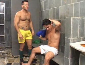 No vestiário, brasileiro maludo traça o cu de novinho na chapa
